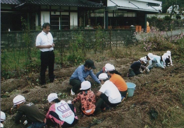 中正小学校の皆さんが芋掘り体験にきてくれました