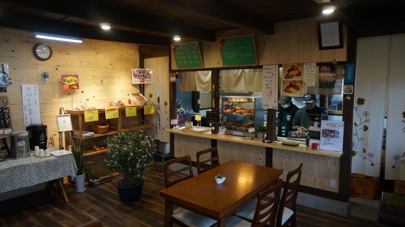 店内のカフェスペースです。コーヒー・お茶もあります