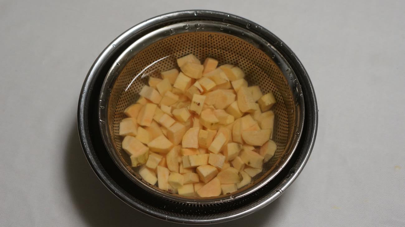 ①安納芋を切る