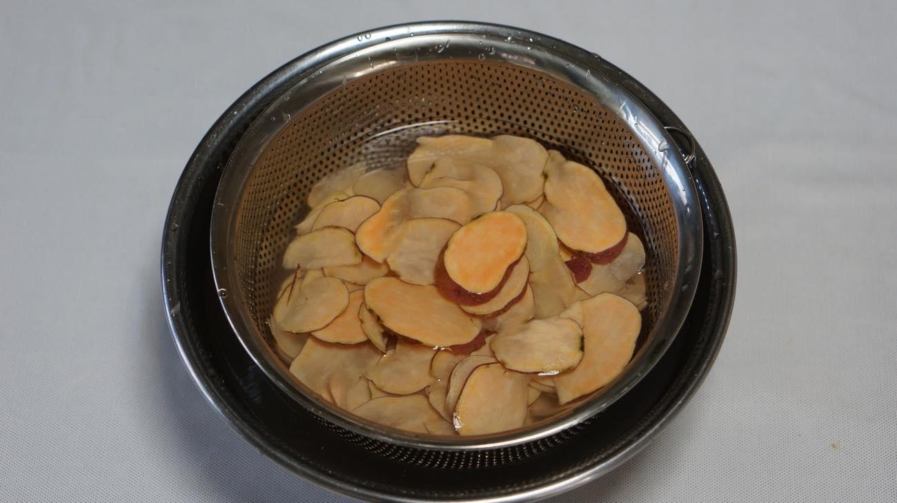 ①安納芋をスライスする